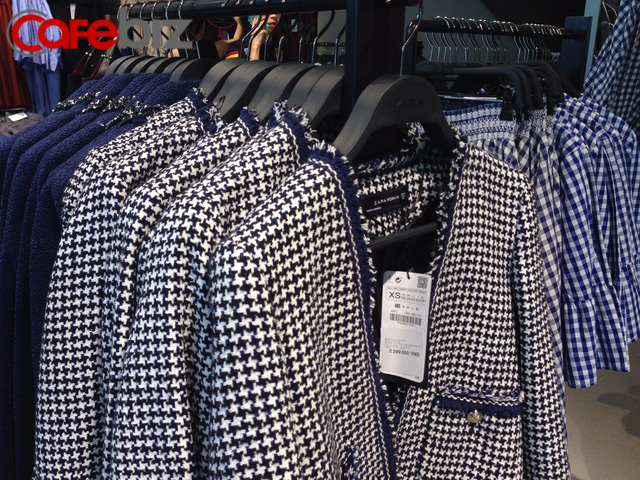 Giá một loại áo trong cửa hàng Zara tại Việt Nam. Cửa hàng có cả đồ nam và đồ trẻ em.