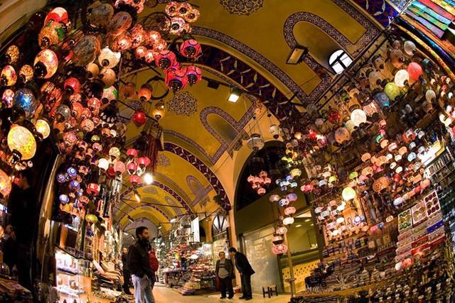 2. Grand Bazaar, Istanbul, Thổ Nhĩ Kỳ: Đây là một trong những khu chợ có mái che cổ nhất và lớn nhất thế giới. Khu chợ trải rộng khắp 61 con phố với hơn 3.000 cửa hàng. Biểu tượng nổi tiếng của Istanbul này đón 250.000-400.000 lượt khách mỗi ngày.