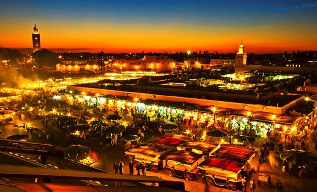 3. Jemaa El Fnaa, Marrakech, Morocco: Điểm nhấn của bất cứ chuyến tham quan nào tại Marrakech và một trong những điểm đến hấp dẫn nhất Morocco là chợ quảng trường Jemaa El Fnaa. Ban ngày, quảng trường nằm ở trung tâm thành phố này đầy những người dậy rắn, luyện khỉ và một số quầy hàng bình thường. Đến tối, quảng trường đầy các cửa hàng đồ ăn và người tham quan, người kể chuyện, biểu diễn ảo thuật...