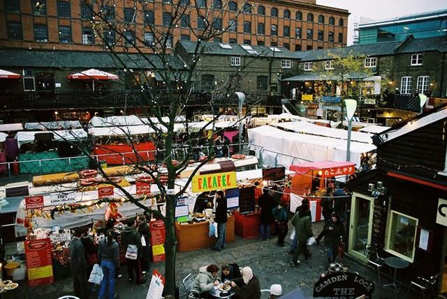 5. Chợ Camden Lock, London, Anh: Khu chợ nổi tiếng nhất nước Anh này đón khoảng 100.000 lượt khách vào mỗi dịp cuối tuần. Chợ Camden Lock thực ra là một số chợ nhỏ hợp lại với vô số các gian hàng bán đồ thủ công, quần áo, thực phẩm...