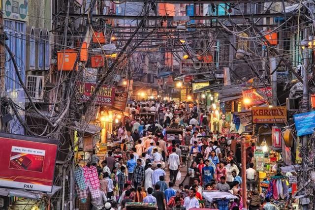 6. Chandni Chowk, Delhi, Ấn Độ: Đây là khu chợ cổ nhất và đông khách nhất Old Delhi, bày bán đủ các loại hàng hóa từ gia vị tới quần áo, đồ gia dụng, thực phẩm...