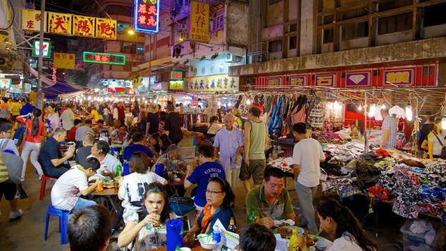 7. Chợ đêm phố Temple, Hong Kong: Chợ đêm ở phố Temple bắt đầu từ chiều tối, khi khu vực này bắt đầu cấm xe ô tô và trở thành nơi dành riêng cho khách bộ hành, cả người địa phương và khách du lịch. Tại khu chợ rực rỡ sắc màu này, bạn có thể tìm thấy nhiều quần áo đẹp, đồng hồ tốt và cả hàng thùng.