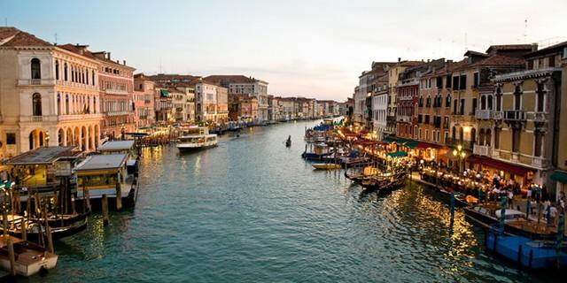 9. Chợ Rialto, Venice, Ý: Khu chợ cổ này hình thành từ thế kỷ 11. Ngày nay, chợ Rialto nằm trên bờ kênh Grand, khá gần cầu Rialto – một trong những cây cầu nổi tiếng nhất thế giới. Khu chợ và cây cầu là một trong những điểm hút khách nhất Venice.