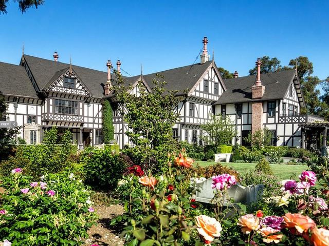 Một căn nhà được rao bán với giá 25 triệu USD ở Los Altos Hills.