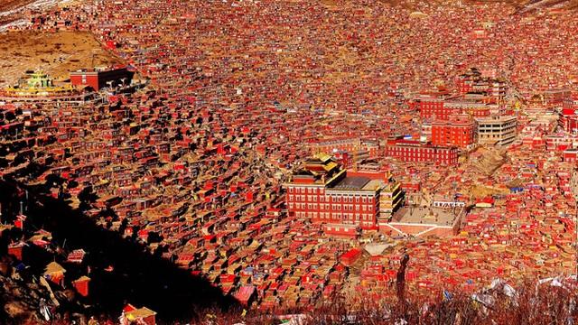 Những ngôi nhà gỗ đỏ chính là nét đặc trưng dễ thấy tại Larung Gar.