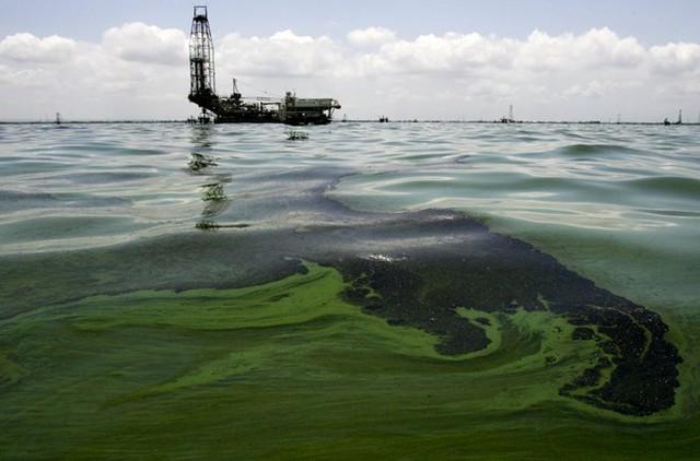 Dầu nổi trên mặt nước ở gần nhà máy sản xuất dầu ở hồ Macaraibo (Venezuela). Nơi đây chịu ảnh hưởng nặng nề do rò rỉ dầu từ các ống dẫn cũ. (Nguồn: Techinsider)