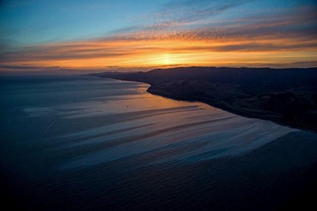 Những vết dầu bên bờ biển Refugio (California) do vỡ đường ống dẫn dầu. (Nguồn: Techinsider)