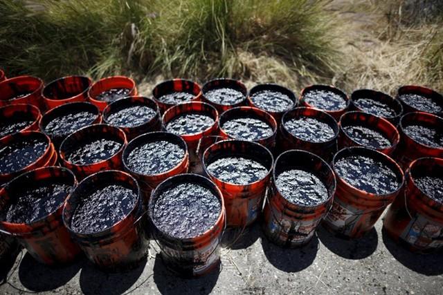 Những xô dầu được người dân múc từ bờ biển Refugio. (Nguồn: Techinsider)
