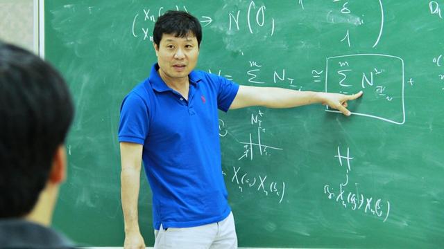 GS Vũ Hà Văn tại một buổi seminar diễn ra tại Viện Nghiên cứuc ao cấp về Toán. (Ảnh: Lê Văn)