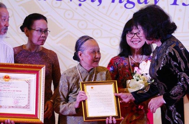 Chủ tịch Quốc hội Nguyễn Thị Kim Ngân thay Chủ tịch nước truy tặng Huân chương Hồ Chí Minh cho đại diện gia đình cố nhạc sĩ Văn Cao - Ảnh: NAM TRẦN