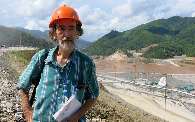 Ông Tom Fawthrop trong lần đi thực tế ở công trường thủy điện Xayaburi - Ảnh tác giả cung cấp