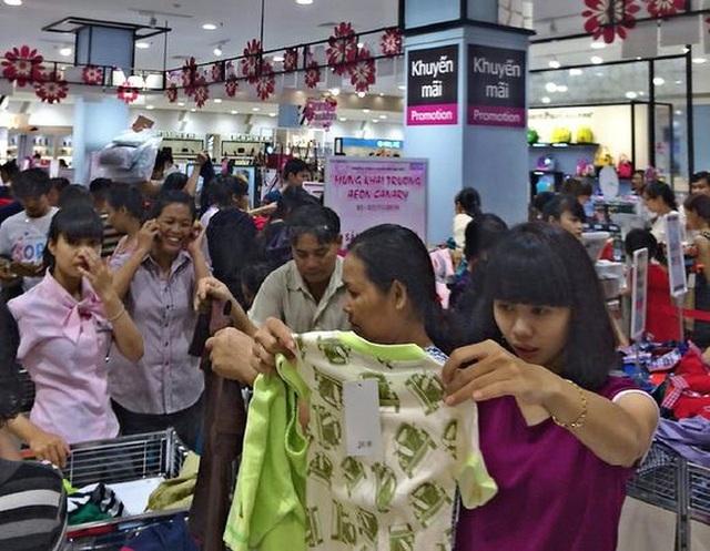 Khách hàng mua sắm quần áo tại Aeon Bình Dương trong tuần khai trương, cuối năm 2014.