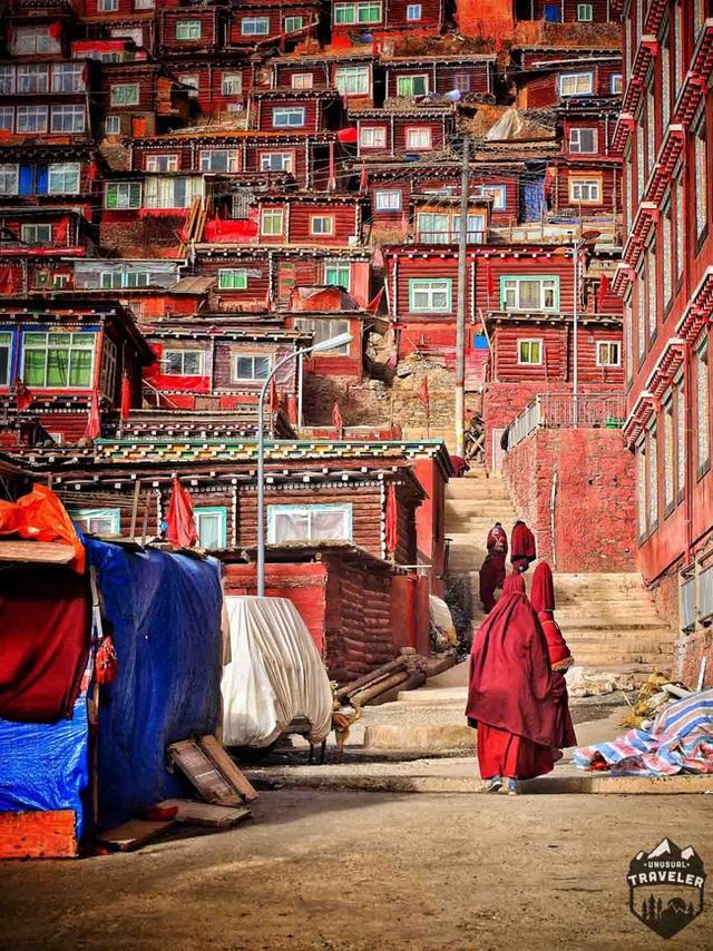 Những vị tăng ni, Phật tử trong trang phục mang sắc đỏ trầm mặc vẫn rảo bước trên các con đường nhỏ hẹp để tìm đến chốn liêng thiêng nơi Học viện.