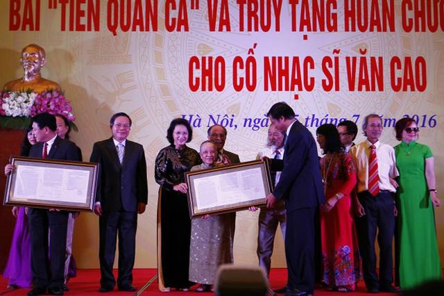 Bà Nghiêm Thúy Băng, vợ cố nhà sĩ Văn Cao cùng gia đình hiến tặng bài Tiến quân ca cho đại diện lãnh đạo Đảng, Nhà nước và Chính phủ - Ảnh: NAM TRẦN