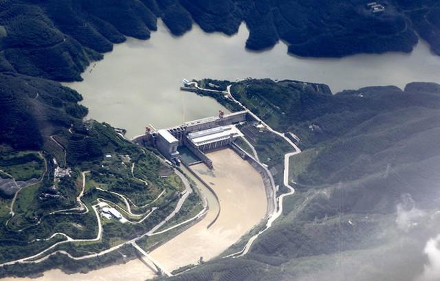 Đập Cảnh Hồng (Trung Quốc) nhìn từ trên không đã góp phần hủy diệt sông Mekong - Ảnh: AFP