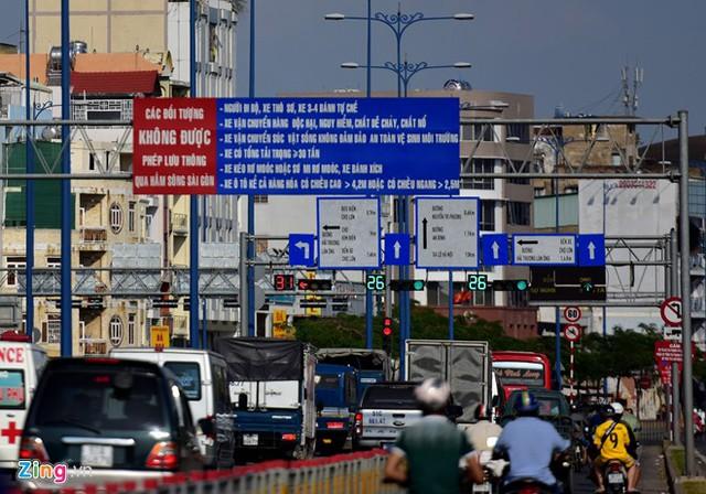 Hàng loạt biển báo giao thông bất hợp lý ở Sài Gòn 36