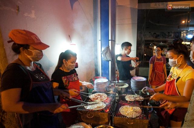 Còn bánh tráng nướng cũng từng khuấy đảo làng ẩm thực đường phố Sài Gòn nhưng giờ chỉ còn vài quán bán cầm chừng.