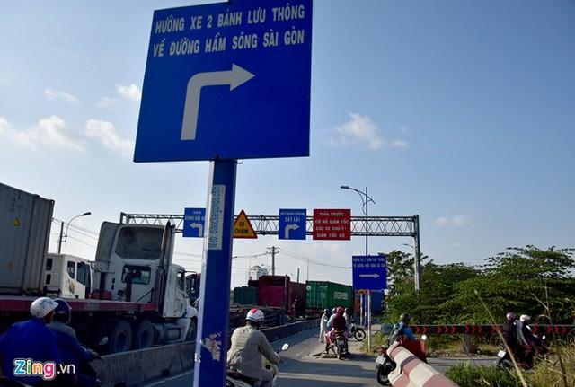 Hàng loạt biển báo giao thông bất hợp lý ở Sài Gòn 38