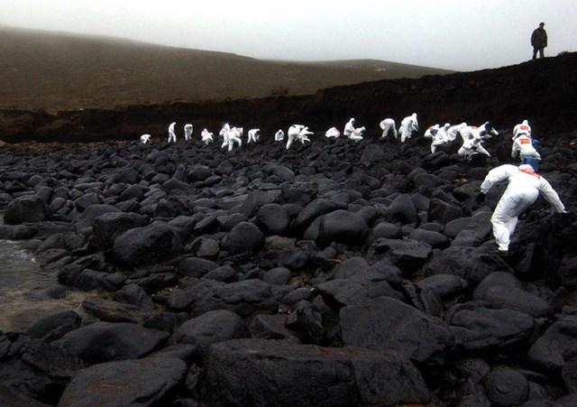 Những người lính dọn dầu tràn từ kho chứa bên bãi biển Muxia (Tây Ban Nha). (Nguồn: Techinsider)
