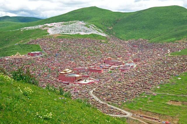 Vẻ đẹp tráng lệ của Larung Gar giữa muôn trùng núi non hũng vĩ.