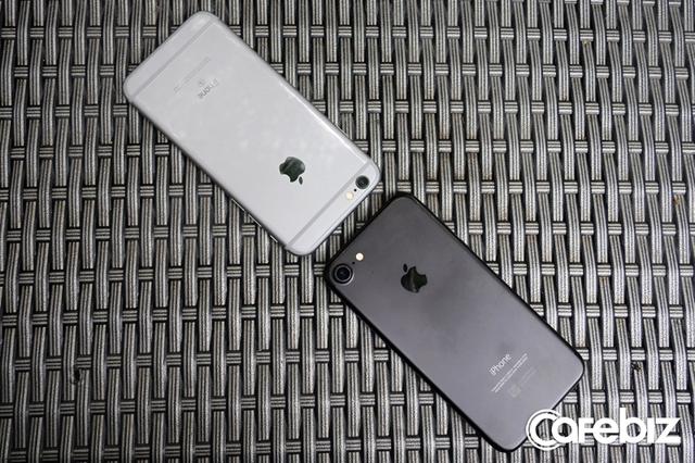 So với iPhone 6s, kích thước của iPhone 7 không thay đổi nhiều, cảm giác cầm vẫn vậy.