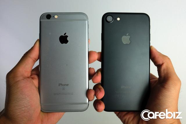 Kiểu dáng 2 máy gần như tương tự, khác biệt nhất là dải ăng-ten trên iPhone 7 đã không còn vô duyên như trước