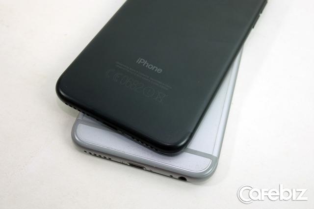 Phân biệt với iPhone s, mặt sau của iPhone 7 chỉ hiện duy nhất chữ iPhone