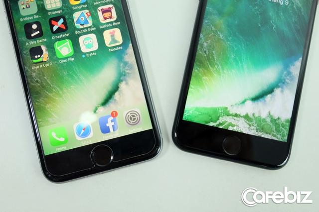 Nút Home trên iPhone 7 (bên phải) là nút cảm ứng lực, (bên trái) iPhone 6s vẫn dùng nút vật lý