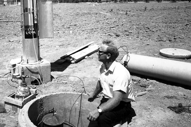Giáo sư Daniel Hillel tại một trạm kiểm soát thủy lợi ở Israel