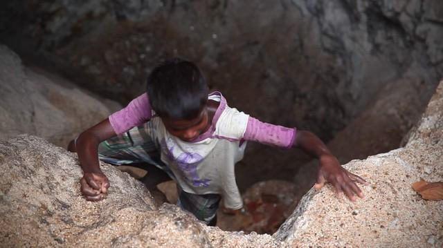Em Sandeep, 10 tuổi, phải tìm và nhặt những mảnh Mica trong các hố khai thác bỏ hoang