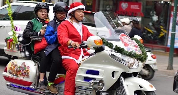 'Ông già Noel' cưỡi môtô tiền tỷ đi tặng quà cho bệnh nhi