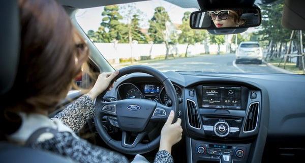 Khảo sát cho thấy tới gần 1/3 phụ nữ Việt Nam có sở thích vừa lái xe vừa dùng điện thoại lướt Facebook