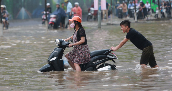 Mưa cả ngày chưa ngớt, để không còn phải xắn quần lội nước dắt xe, hãy mở ngay trang trực tuyến báo điểm ngập úng của TP Hà Nội