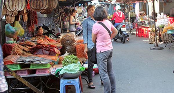 Bị siêu thị, cửa hàng tiện lợi, thậm chí cả tạp hóa cạnh tranh quyết liệt, chợ truyền thống ở các đô thị đang ngày càng teo tóp