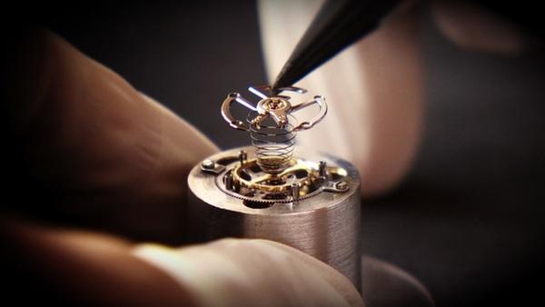 Kỹ thuật đang lắp ghép đồng hồ Nobel