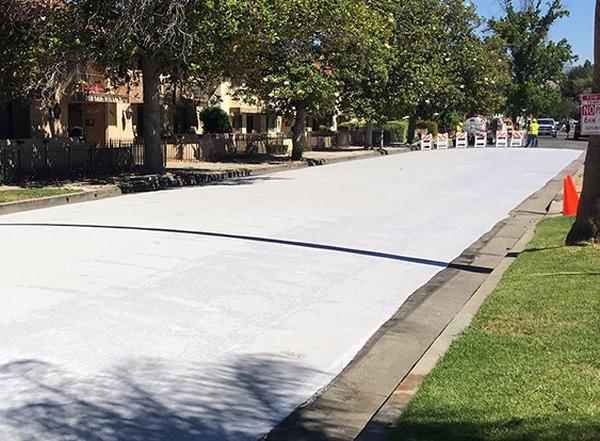 Người Mỹ sử dụng cách rất hay để hạ nhiệt độ trong những ngày nóng bức: sơn xám toàn bộ mặt đường - ảnh 1