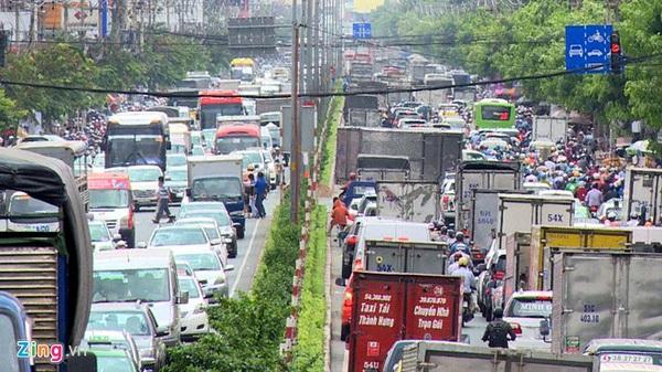 Đường vào sân bay Tân Sơn Nhất kẹt cứng ngày cuối tuần