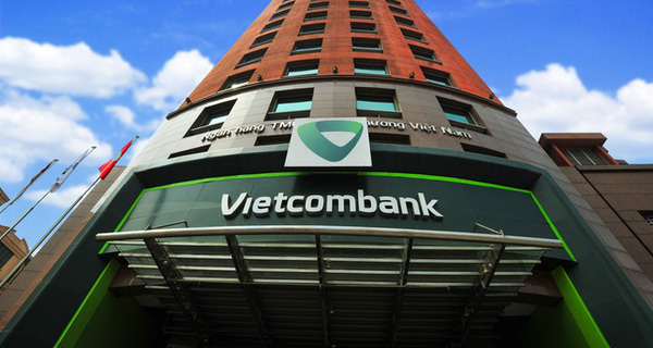"""Cùng bị khách kêu """"bỗng dưng mất tiền"""", tại sao Vietcombank lại không """"hoàn tiền cho khách trước, điều tra sau"""" như Sacombank từng làm?"""