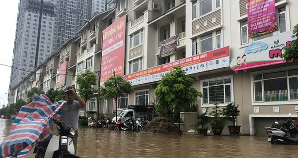 """Cư dân biệt thự triệu đô lại """"rẽ sóng ra khơi"""" sau mưa Địa ốc"""