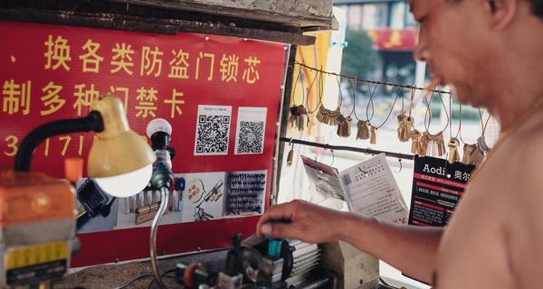 Hiện tượng lạ cho thấy Alibaba, Tencent đang trở th&rgb(2, 2, 4);nh một 'thế lực' thật sự ở Trung Quốc: Người d&rgb(2, 2, 6);n ch&rgb(2, 3, 4); tiền mặt, chỉ th&rgb(2, 3, 7);ch thanh to&rgb(2, 2, 5);n bằng WeChat, Alipay!