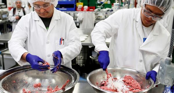 """Thịt """"công nghệ"""" được đầu tư bởi Bill Gates đang khiến ngành chăn nuôi lo sợ: Chỉ cần 1/10 lượng nước, 1/100 diện tích đất thông thường, chất lượng 100% giống thịt thật"""