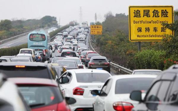 Trung Quốc tính cấm bán xe hơi chạy xăng