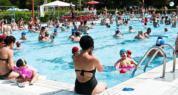 Tiểu ra bể bơi là một trong những tác nhân tạo chất có hại gây đỏ mắt, sổ mũi, mất tiếng khi bơi lâu