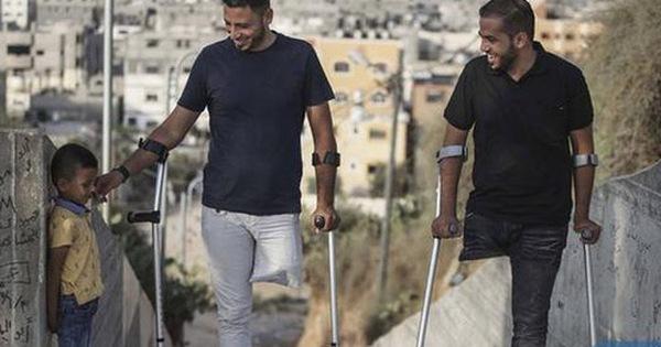 Câu chuyện tình bạn cảm động: 2 người đàn ông cụt chân và đi chung với nhau 1 đôi giày