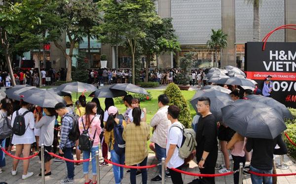 H&M khai trương: 11h mới mở cửa mà từ 9h sáng dân tình đã đội nắng xếp hàng dài dằng dặc bên ngoài chờ đợi