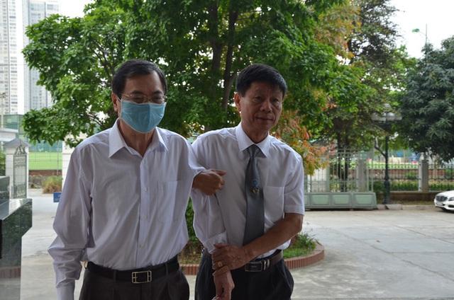Cựu Bộ trưởng Vũ Huy Hoàng đến sớm hầu tòa, luật sư phải dìu lên từng bậc thềm - Ảnh 1.