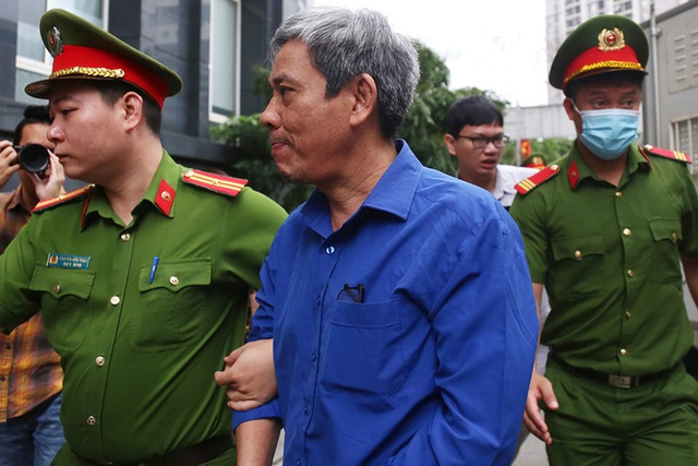 Cựu Bộ trưởng Vũ Huy Hoàng đến sớm hầu tòa, luật sư phải dìu lên từng bậc thềm - Ảnh 3.