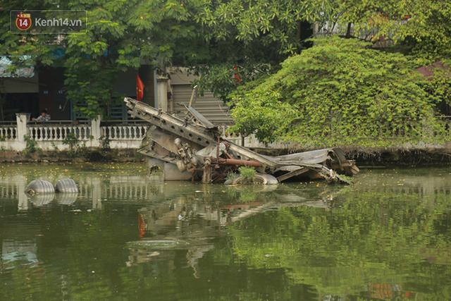 Clip, ảnh: Xác máy bay B52 ở Hà Nội gần 50 năm nổi lên sau khi rút nước hồ Hữu Tiệp - Ảnh 6.