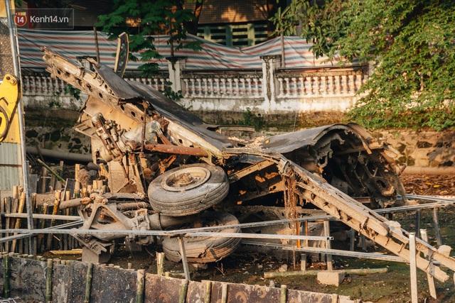 Clip, ảnh: Xác máy bay B52 ở Hà Nội gần 50 năm nổi lên sau khi rút nước hồ Hữu Tiệp - Ảnh 9.