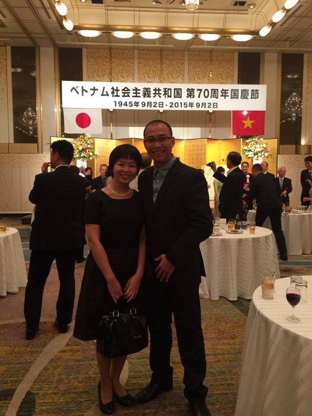 Vợ chồng chị Vũ Thu Hà & anh Đỗ Phú Sơn trong buổi Lễ Quốc khánh Việt Nam tổ chức tại Fukuoka.
